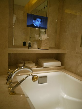 The Leela Palace New Delhi: Badewanne mit Fernseher