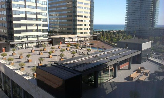 Hilton Diagonal Mar Barcelona: Looking down on pool area