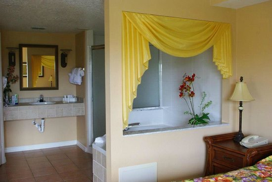 Summer Bay Resort: Master bathroom