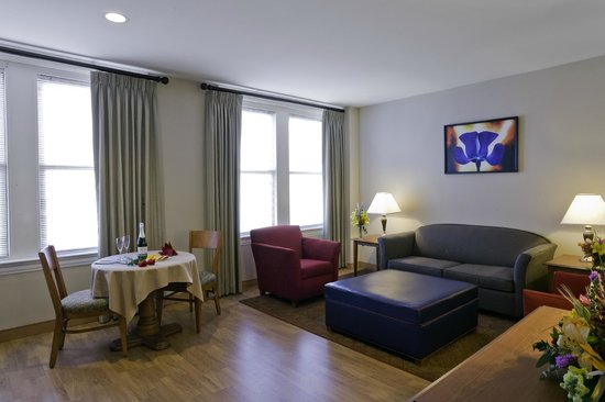 Commonwealth Park Suites Hotel: Living  Room Area  of Suite