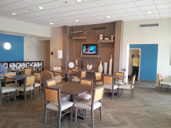 Hampton Inn Pensacola Beach: Lobby Eating Area 2