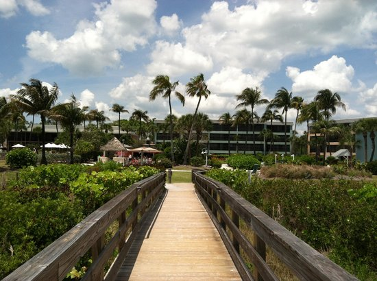 Sanibel Inn: resort from walkway