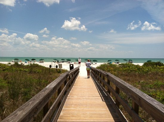 Sanibel Inn: walkway to the beach