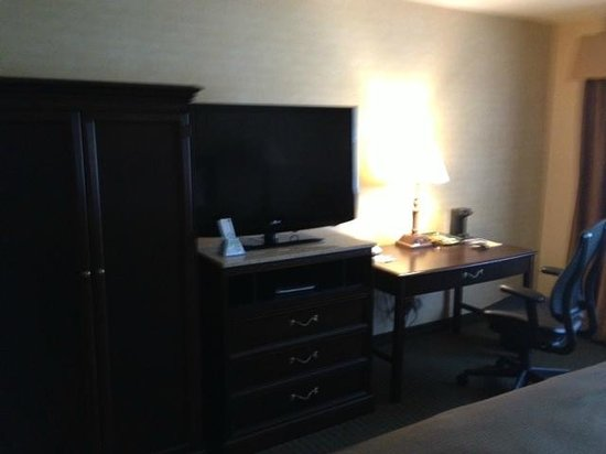 BEST WESTERN PLUS The Inn at King of Prussia: nice TV with clean remote and workstation