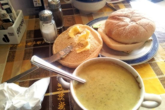 Isle of Bute, UK: Cream of Broccoli soup and large roll.