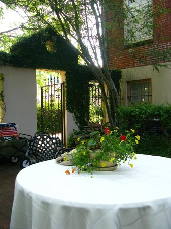 Presidents' Quarters Inn: Outside courtyard
