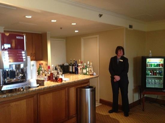 Hilton Washington Dulles Airport: this ladie is the best!! should be promoted!! concierge room for hhonors members