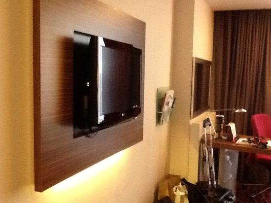 "Holiday Inn Manchester MediaCityUK: 32"" tv and workstation"