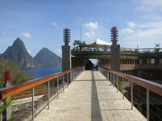 Jade Mountain Resort: Walkway to Jade Mountain Club