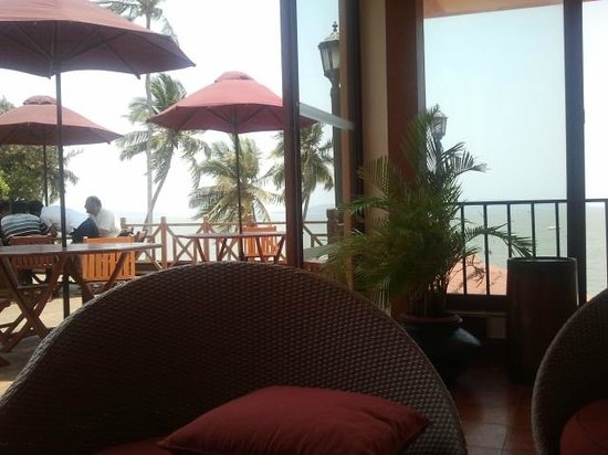 Cidade de Goa Beach Resort: Outdoor seating near the bar