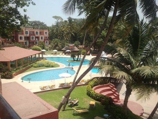 Cidade de Goa Beach Resort: Pool side....needs some shade