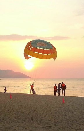 Golden Sands Resort by Shangri-La: Parasailing on the beach in front of the hotel.