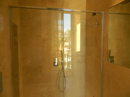 Hotel Alpi: Walk-in shower