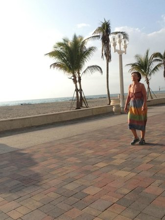 Villa Europa Hotel: HollywoodBeachBroadwalkintheMorning