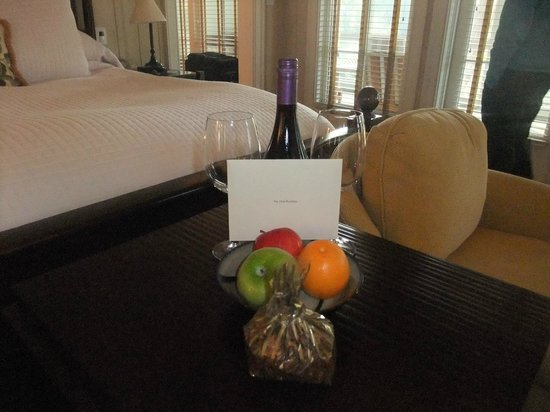 Inn at Palmetto Bluff, An Auberge Resort: Welcome wine and card