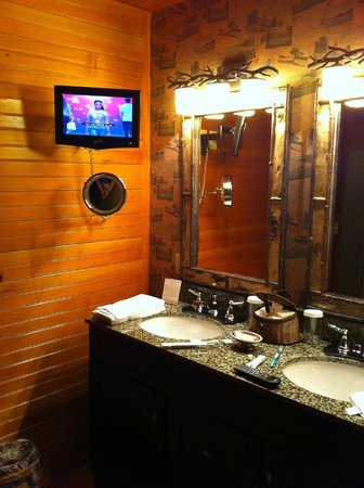 ‪‪Church Landing at Mill Falls‬: Beautiful bathroom, with a t.v.‬
