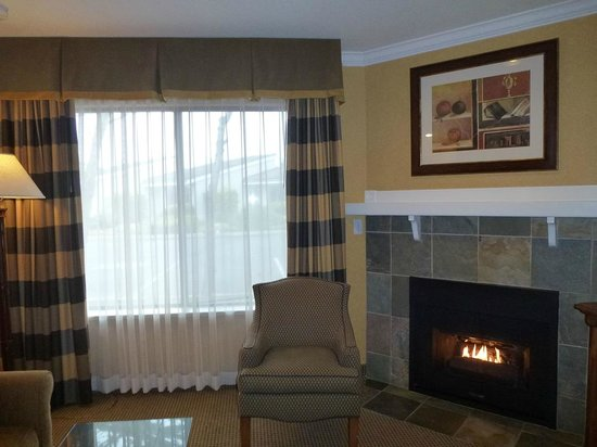 BEST WESTERN PLUS Fireside Inn on Moonstone Beach : A room with fireplace 