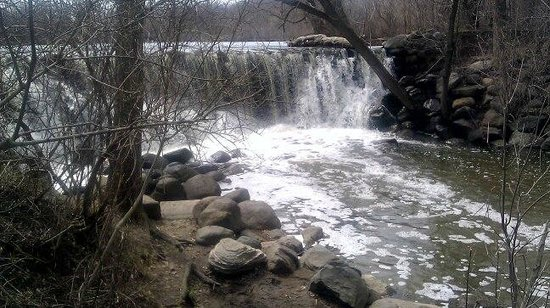 Franklin, WI: waterfall at the edge of the lake