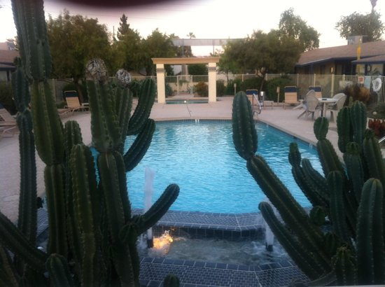 Arizona Royal Villa Resort: View of pool & hot tub from my room