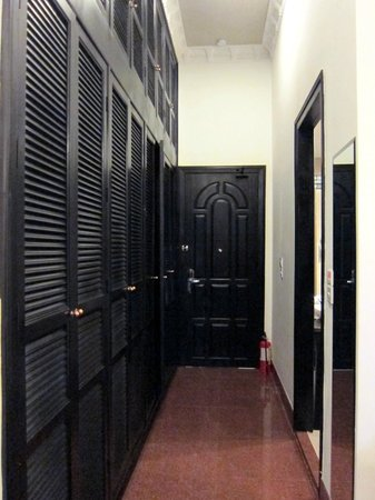 White Mansion Boutique Hotel: Hallway of closets inside our room