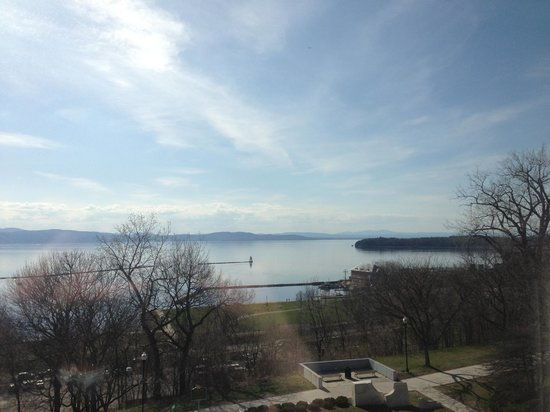 Courtyard by Marriott Burlington Harbor: Beautiful lakefront view - but limited room have them.