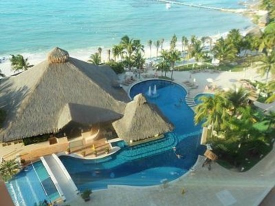 Fiesta Americana Grand Coral Beach Resort &amp; Spa: swim-up pool!