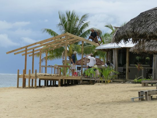 Savaii Lagoon Resort: Bruce building the new deck onto the restaurant