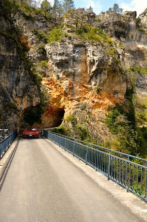Sainte-Enimie, Francia: Narrow roads/bridges
