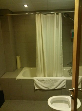 Metropark Hotel Wanchai Hongkong: A tub that can only fit half a person