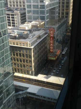 Renaissance Chicago Hotel: Another view from our room. You can see the famed Chicago theatre.