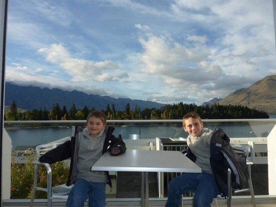 Crowne Plaza Queenstown: Level 7 family room balcony