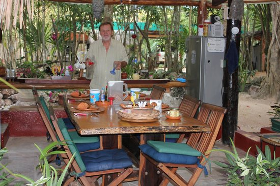 La Selva Mariposa: Lou serving breakfast