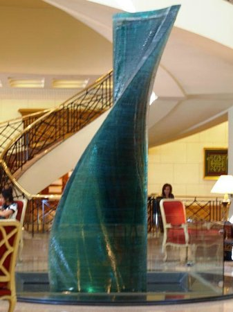 Conrad Cairo: Lobby glass sculpture