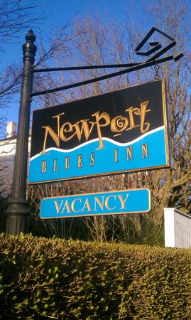 Newport Blues Inn: Sign out front of the INN
