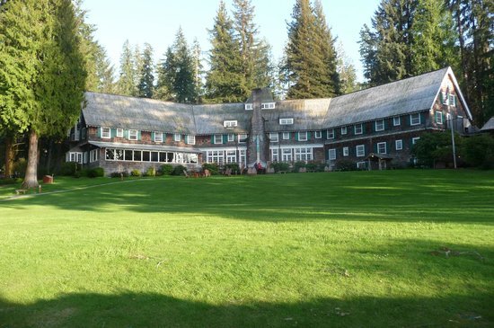 Lake Quinault Lodge: View of the Lodge from the lake side