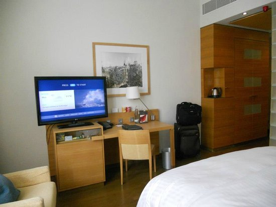 Hilton Cologne: tv and desk