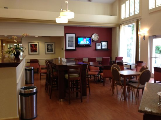 Hampton Inn and Suites Bayside Venice: Breakfast room