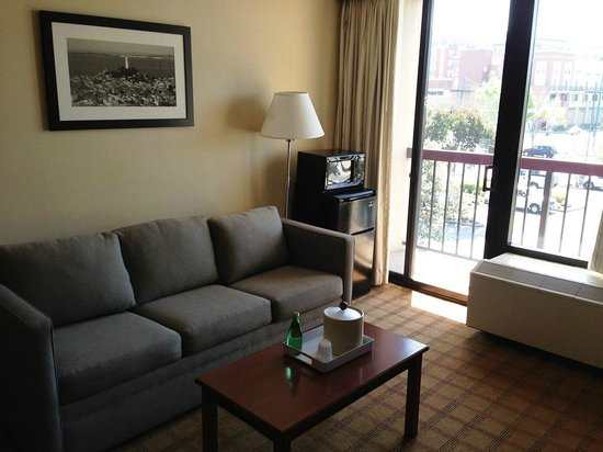 Four Points by Sheraton San Francisco Bay Bridge: Living Area with Balcony View