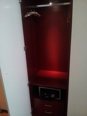 Apex London Wall Hotel: Lit wardrobe with safe