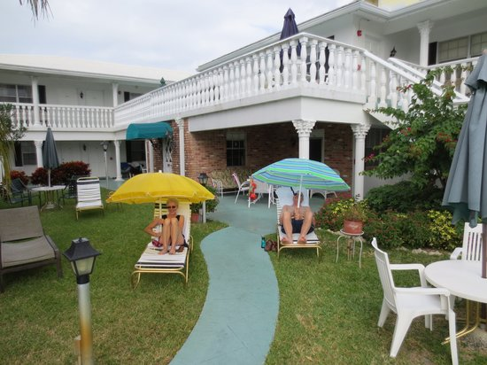 Carriage House Resort Motel: Rain can't stop our guests