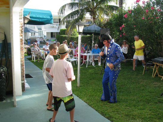 Carriage House Resort Motel: Elvis sharing some secret moves