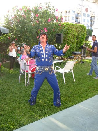 Carriage House Resort Motel: Elvis Serenading a Guest