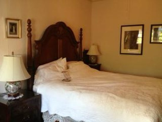Weaverville Hotel & Emporium: Our bed was lush and comfortable. We had chocolates at night put on our bed!
