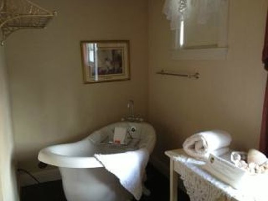 Weaverville Hotel & Emporium: Beautiful bathtub. I regret not using it. My sister in law used it and loved it.
