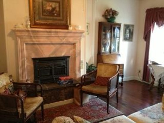 Weaverville, Californië: We had  a nice sitting area to read, play games or just hang by the fireplace.