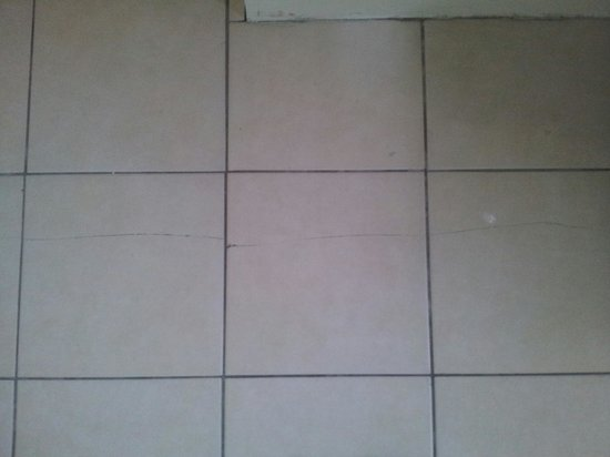Μπράιτον Εντ Χοβ, UK: Cracked tiles (unavoidable i suppose)