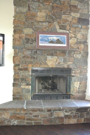 Lodge at Whitefish Lake: Living room fireplace