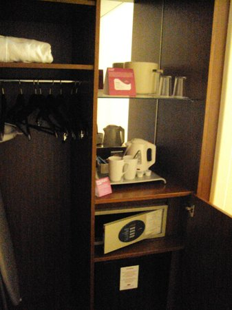 Crowne Plaza Paris Republique: Second Room Suite Closet, Safe, Fridge
