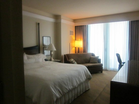 Westin Diplomat Resort and Spa: Room 1477 - king bed &amp; northern-facing balcony