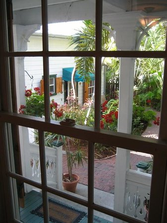 Key West Harbor Inn: View of grounds from the main building